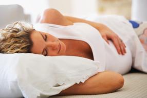 Как правильно спать во время беременности?