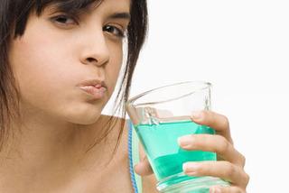 Полоскание рта только усугубляет проблему свежести дыхания