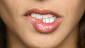 Вредно ли кусать губы?